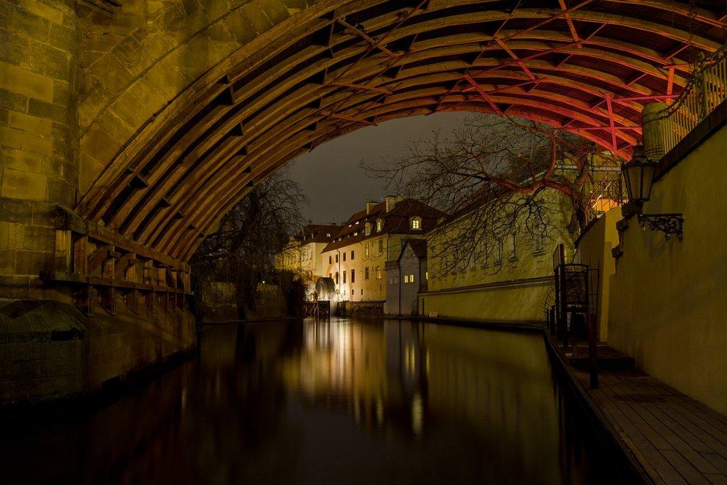Noční Praha, Čertovka, Karlův most,Velkopřevorský Mlýn - IMG-6407.jpg